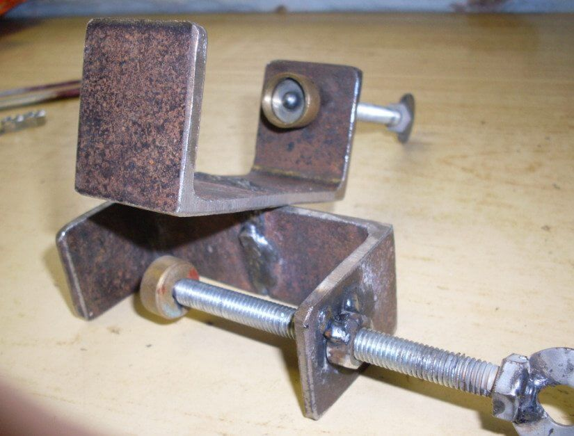 Конструкция из корпуса с передвижным агрегатом и зажимным болтом