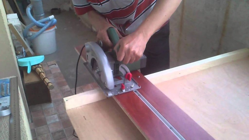 Самое простое приспособление можно изготовить из фанеры
